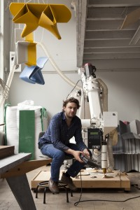 Dirk Vander Kooij met printrobot in zijn studio. Foto: Alex Dwyer