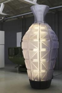 De New Babylon Vaas tijdens de presentatie op de Dutch Design Week 2013 in Eindhoven. De vaas herbergt 32.000 lensjes en 12.000 ledlampen.