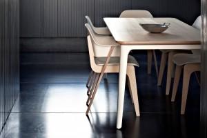 De Gispen Today tafel heeft een gebogen stalen frame met daarop een afgeschuind multiplex blad.