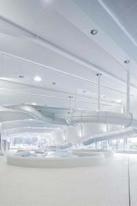 14. In het Hofbad in Den Haag, dat in 2012 werd geopend, plaatste VenhoevenCS de onderste helft van één van de binnengevels enigszins schuin om de galm- en geluidsoverlast te beperken.  Foto: Ronald Tilleman