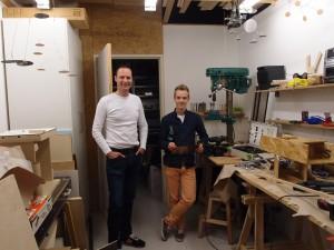 Joachim Karelse, ontwerper en oprichter van NOtoys, en Design Academy stagiair Chris in de werkplaats waar prototypes van alle producten gemaakt worden. Foto: Jacqueline Knudsen