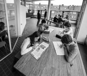 Het nieuwe buitenmeubilair voor de Eerste Openluchtschool in Amsterdam is ontworpen door Mm2 en gemaakt van geperste restjes bamboe. Foto: Fred van Diem
