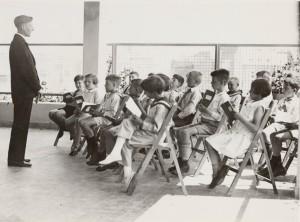 Eerste Openluchtschool voor het gezonde kind in Amsterdam, les op het balkon.