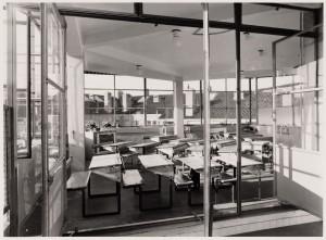 Taatsramen in de Eerste Openluchtschool in Amsterdam zorgden voor veel frisse lucht in de lokalen.