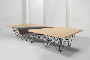 De Sit Table die Ben van Berkel heeft ontworpen voor Prooff bestaat uit een groot houten blad waarin een kleine uitsparing is gemaakt met een klein zitbankje.