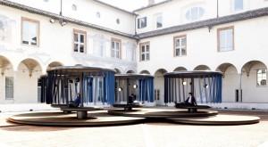 Ronan en Erwan Bouroullec ontwierpen voor BMW een installatie van vier metersgrote panelen die geluidloos ronddraaien op een oude binnenplaats.