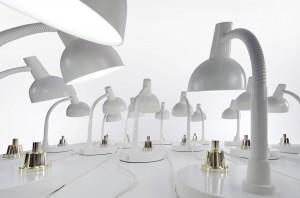 De bureaulampen van Studio Job hebben grote bronzen drukknop. Foto: Roos Aldershoff