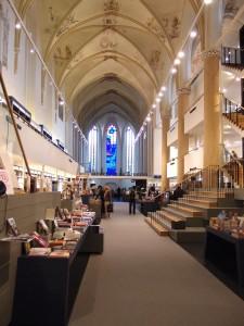 Winkel uitgeverij Waanders in de Broerenkerk in Zwolle. BK architecten liet het zicht naar het koor open en plaatste nieuwe vloerniveaus langs de wanden. Foto: Jacqueline Knudsen