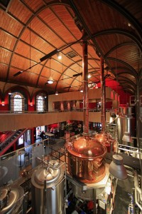 De Vestekerk in Haarlem is in 2011 verbouwd tot brouwerij, café en restaurant. H en E architecten heeft samen met interieurarchitect E.S.T.I.D.A. een ontwerp gemaakt waarbij de voormalige kerk als ruimtelijk geheel zoveel mogelijk intact is gelaten. Foto: Rob Hoekstra