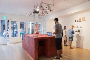 De lasersnijder is het belangrijkste meubel in de pop-up store. Foto: Bas Goossens