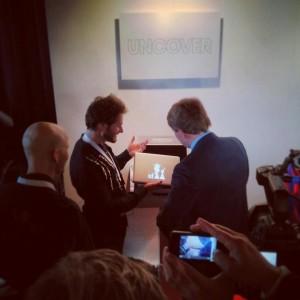 Koning Willem Alexander neemt zijn customized MacBook in ontvangst.