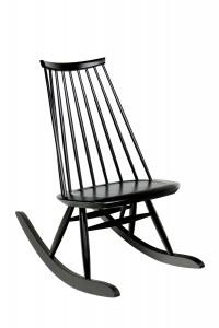 Mademoiselle schommelstoel van de Finse ontwerper Ilmari Tapiovaara, heruitgave door Artek.