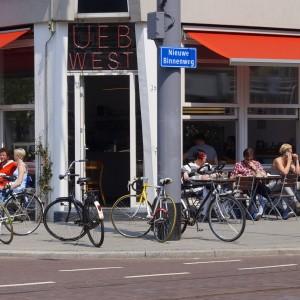 De Nieuwe Binnenweg in Rotterdam was jarenlang berucht om zijn junks en hangjongeren, obscure belhuizen en nagelsalons, smerige stoepen en dichtgetimmerde etalages. Totdat in 2008 een aantal ondernemers aan de bel trok bij de gemeente over de verpauperde staat van hun straat. De gemeente bedacht samen met de ondernemers en eigenaren en integrale aanpak. Verkrotte panden werden opgeknapt, en de straat werd opnieuw geplaveid met 'authentieke' klinkers.