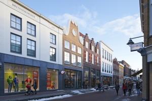 In Gouda transformeerde Soeters Van Eldonk een winkelcomplex aan de Kleiweg uit de jaren zeventig. Rond het bestaande betonnen casco kwam een nieuwe gevel, opgebouwd uit een aantal losse panden die in maat en vormentaal aansluiten op de omgeving.