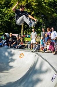Concrete Dunes, Skatepool Heemraadssingel, 2012. Rondom is een groen talud aangebracht. Het publiek komt zo op gelijk niveau met de skaters. Foto: Thomas Wieringa
