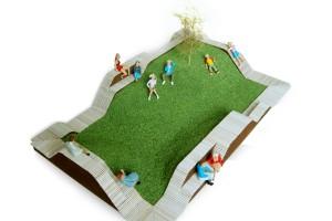 Voor het prijsvraagontwerp Softcore, stadsmeubel Turnhout (B), is het groene landschap juist het hart van het ontwerp. Rondom deze zachte kern bevinden zich de gevraagde zitmeubelen in twee golvende lijnen. Hierdoor kun je kiezen voor afzondering aan de stadskant en interactie in het hart van het object.
