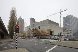 Het conservatorium is gebouwd in 1974-1980 naar ontwerp van architect Leon Waterman, op een van de meest lawaaiige plekken van Den Haag, tussen de Randstadrail (links) en de Utrechtsebaan (rechts). De ongelukkige locatie is het gevolg van cityvormingspolitiek en speelt een rol in de voorgenomen verhuizing naar het nieuwe Spuiforum. Leegstand en afbraak liggen op de loer. Foto: Luuk Kramer