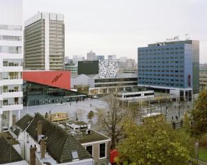 Huidige situatie Spuiplein met de Anton Philipszaal voor het Residentieorkest, gebouwd in 1985-87 naar ontwerp van Van Mourik & Vermeulen architecten. Rechts het danstheater, waarvan het oorspronkelijke ontwerp van OMA bedoeld was voor een locatie in Scheveningen, en het gelijktijdig gebouwde hotel van Carel Weeber. Foto: Rubén Dario Kleimeer