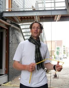 Rogier Groeneveld (1972) studeerde architectuur aan de TU Delft. Al tijdens zijn studie ontwierp hij interieurs voor particulieren onder de naam 'Mens als Maat'. (MAM). Na zijn studie heeft hij gewerkt bij 19 het Atelier in Zwolle en daarna bij BFW architectuur in Wormerveer. In 2009 blies hij vanuit Amsterdam Mens als Maat opnieuw leven in en won in 2010 de prijsvraag voor jonge architecten voor het Oogziekenhuis in Rotterdam. Naast het maken van 'architectuur voor mensen' heeft het bureau zich inmiddels gespecialiseerd in combinaties van oud en nieuw.
