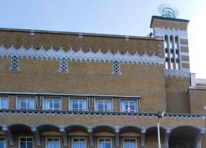 Het ruitvormige ornament, toegepast in de zijkanten van de luchtbrug is geïnspireerd op de decoratieve lijst die de bekroning vormt van het Oogziekenhuis van Adriaan van der Steur uit 1948.