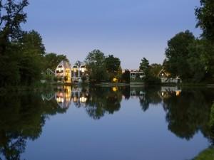 Moderne Zaanse huisjes, een woongebouw voor starters aan de Noorderhoofdstraat in Krommenie, grenst aan de achterzijde aan een park met een meertje. Foto: Kees Hummel