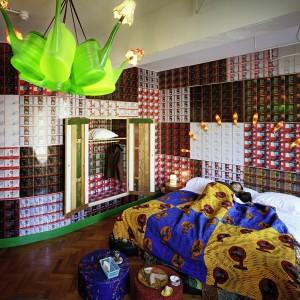 Interieur van hotel Bazar in Rotterdam. Elke kamer kreeg een eigen identiteit en uitstraling. Elk bed, elke badkamer en vloerafwerking verschilt met die van de andere kamers. Foto: Thijs Wolzak