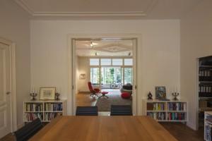 Boven is aan de voorzijde een ruime werkkamer en een enorme woon-zitkamer met grote ramen op de brede tuin