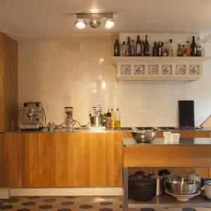 In de keuken zaten achter panelen Delfts blauwe tegeltjes verscholen, die nu mooi contrasteren met de moderne zelf gebouwde keuken