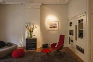 In de grote woonkamer boven staan alleen een loungebank en een stoel die Folkert zelf heeft ontworpen