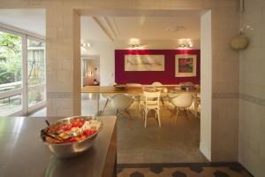 De 2 beuken van de kelder zijn helemaal opengebroken en vormen nu een ruime eetkeuken met daarachter een tv en zitkamer en een klushok met werkbank