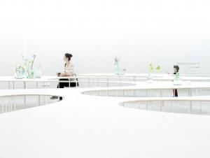 Studio Maks van Marieke Kums presenteert Cloud Table, een lange tafel die zich als een grillige wijnvlek over een ruimte verspreid.