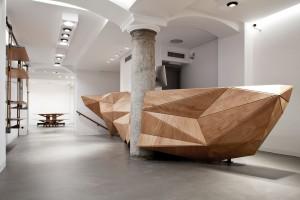 Wood-Skin, een idee van vier jonge Italiaanse ontwerpers: houtfineer, gelijmd op een nylon mat, wordt gelaserd in een geometrisch patroon