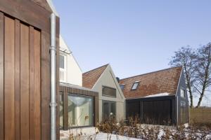 Door variatie in materialen, kleuren en volumes sluit het project met 4 woningen aan op de korrelgrootte van de omgeving