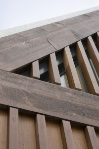 De houten achterpanden zijn deels voorzien van uit elkaar geplaatste stijlen van Red Cedar waarachter glas is geplaatst