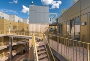 Rondom de hof lopen kriskras als in een Escher-tekening, houten trappen omhoog