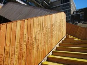 De houten plankjes, voor 25 euro gekocht door crowdfunders. Foto:  Design at News.
