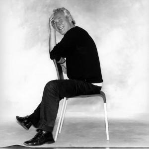 Maarten van Severen op zijn bekendste ontwerp, stoel 03.