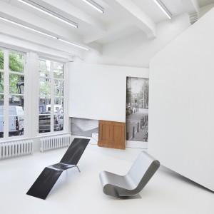 Links CHL95, rechts LC95A, op een expositie over Maarten van Severen bij Lensvelt in Amsterdam. Foto Roos Aldershoff