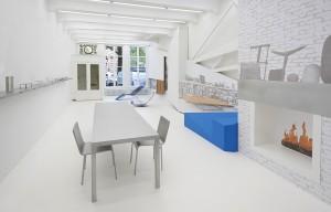 Tafel T88A en stoelen C92 op expositie over Maarten van Severen bij Lensvelt in Amsterdam. Foto Roos Aldershoff