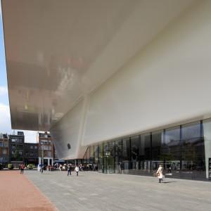 Stedelijk Museum, Amsterdam. De witte composiet badkuip is een ontwerp van Benthem Crouwel. De badkuip lijkt een geheel maar bestaat uit ingenieus met elkaar verbonden delen. De materiaalopbouw en koppeling van de elementen waren een stukje 'bollebozentechniek' aldus de composietfabrikant • Foto Holland Composites.