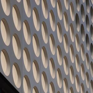 Muziekpaleis Utrecht met opvallende composietgevel met cirkels, een ontwerp van Studio Herman Hertzberger. De gevelpanelen werden gemaakt bij Holland Composites in Lelystad. De vierdiepte cirkels hebben aan de onderzijde een schuine rand voor de afvoer van water. Oplevering in 2014 • Foto's Jacqueline Knudsen.