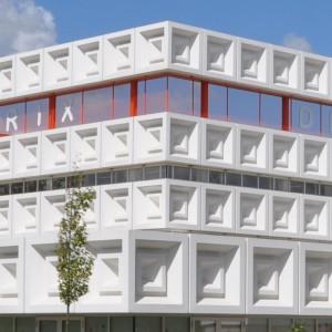 De Matrix, Hardenberg. Architect Marlies Rohmer won in 2008 de scholenbouwprijs met haar ontwerp voor De Matrix, een brede school in Hardenberg. De gevels van het gebouw zijn bekleed met opvallende vezelversterkte polyester gevelelementen van Polux • Foto Polux.