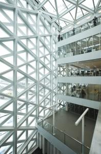 Gebouw X van Hogeschool Windesheim in Zwolle (Broekbakema en Holland Composites) werd door de BNA uitverkoren als Gebouw van het Jaar in 2011. Kort daarna ontstonden er scheurtjes in het witte composiet raster • Foto's Henk Wind.