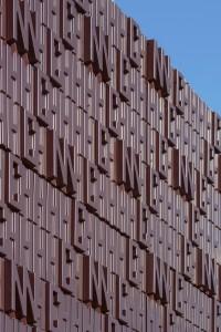 Gasontvangststation Dinteloord. Architect Marco Vermeulen en composietbedrijf NPSP realiseerden in 2013 de eerste volledige bio-based voorzetgevel van het composietmateriaal Nabasco, bestaande uit hennep, vlas en biohars. De 104 panelen verbeelden samenstelling van aardgas uit waterstof (H), koolstof (C) en stikstof (N) • Foto Ronald Tilleman.