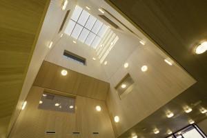 Het Integraal Kindcentrum met de opvallende lichthoven. Foto: Studioninedots