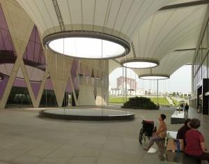 Het concept van Dadong Arts Center is geïnspireerd op traditionele Taiwanese meergezinshuizen, waarin patio's de sociale uitwisseling bevorderen. Vier betonnen volumes omzomen een openbaar plein. Deze opzet stimuleert het spontane gebruik van de openbare ruimte voor activiteiten, zoals dans, tai chi en groepsspelen. Foto: Karolien Bais