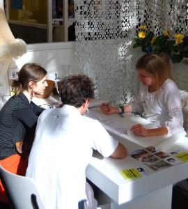 Holterman tijdens een creatieve sessie op het Architectenplein van de Woonbeurs 2012. 'Een leuke ervaring, maar dit jaar hebben we overgeslagen. Contacten op de Woonbeurs zijn vaak eenmalig, terwijl wij een duurzame relatie met opdrachtgevers willen opbouwen.'