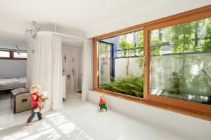 Holland Huis probeert elke woning iets eigens te geven, een meerwaarde vanuit wensen, locatie en/of context, zoals deze patio in het souterrain van een waterwoning op IJburg: meer beplanting en meer licht vergroten het leefgenot van de slaapkamer annex werkruimte onder het waterniveau. Foto: Katja Effting