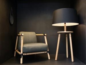 Pin stoel en Pin lamp met vernieuwde slisverbinding, geïnspireerd op de antieke houten wasknijper en zijn klemfunctie.
