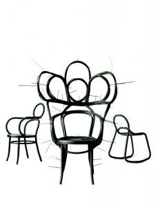 Vormstudies op basis van Thonet stoelen leiden tot diverse modellen: de Thonet nr. 209 tot de koninklijke zetel van gebogen strengen pitriet die samengebonden worden met tie-ribs. De Thonet nr. 14 tot de kralenstoelen links en rechts.